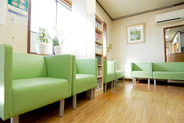広く開放感にあふれた空間です。雑誌や本も用意していますので、どうぞご利用ください。