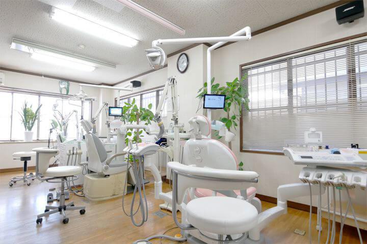 診療台ごとに区切り、プライバシーに配慮しております。周りを気にすることなく、落ち着いて治療を受けていただけます。